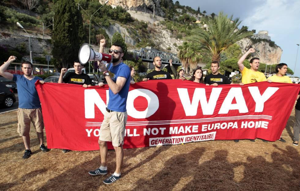 Miembros de Generación Identitaria se manifiestan en Ventimiglia (Italia) contra la llegada de migrantes, el 14 de junio de 2015.