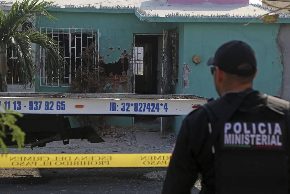 Un policía resguarda la escena de un asesinato en Veracruz.