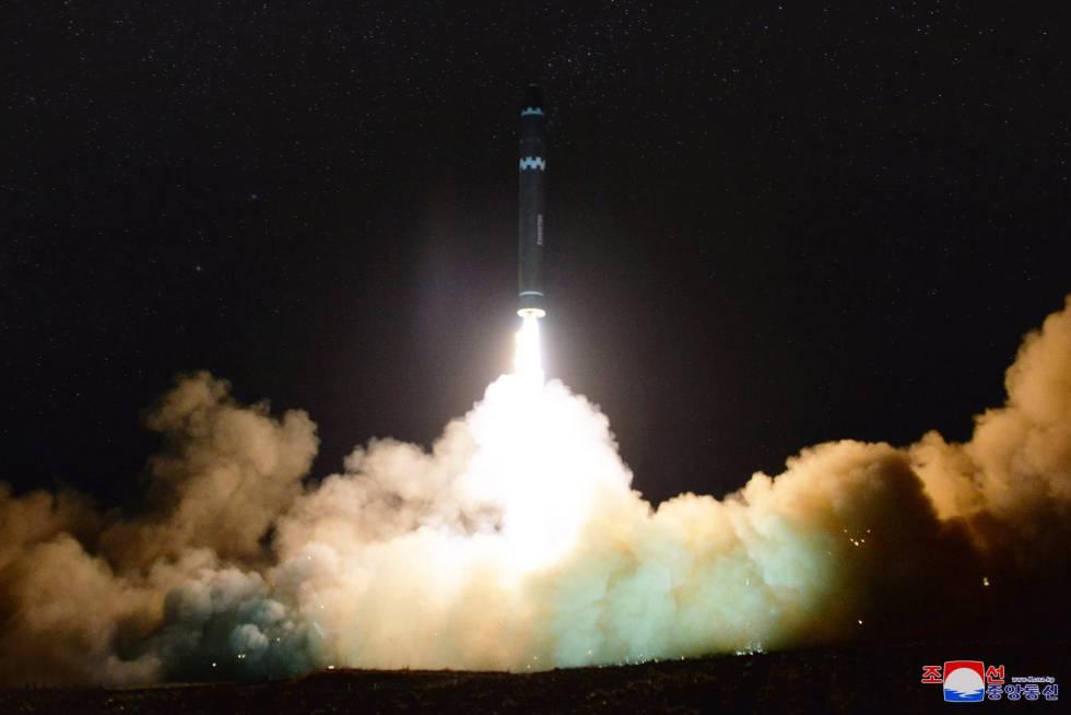 Lanzamiento del misil balístico intercontinental Hwasong-15.rn
