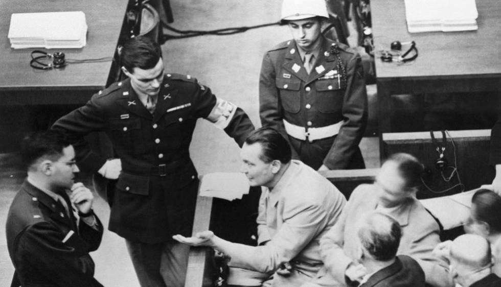 Hermann Göring dialoga con un oficial durante el juicio a los principales criminales de guerra.
