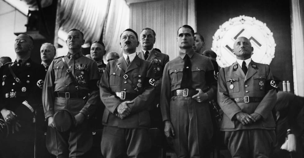 Rudolf Hess, segundo por la derecha, junto a Hitler y otros jerarcas nazis, en Núremberg (Alemania).