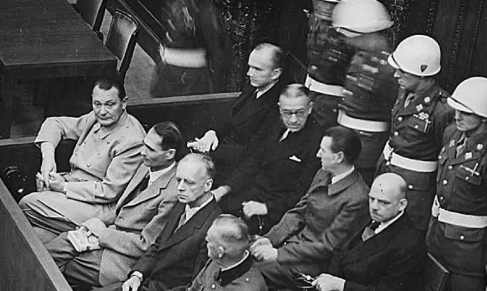 Algunos de los acusados, miembros del régimen nacional socialista alemán, sentados ante el tribunal durante los Juicios de Núremberg. En primera fila, de izq. a der: H. Göring, R. Hess, Joachim von Ribbentrop y W. Keitel.
