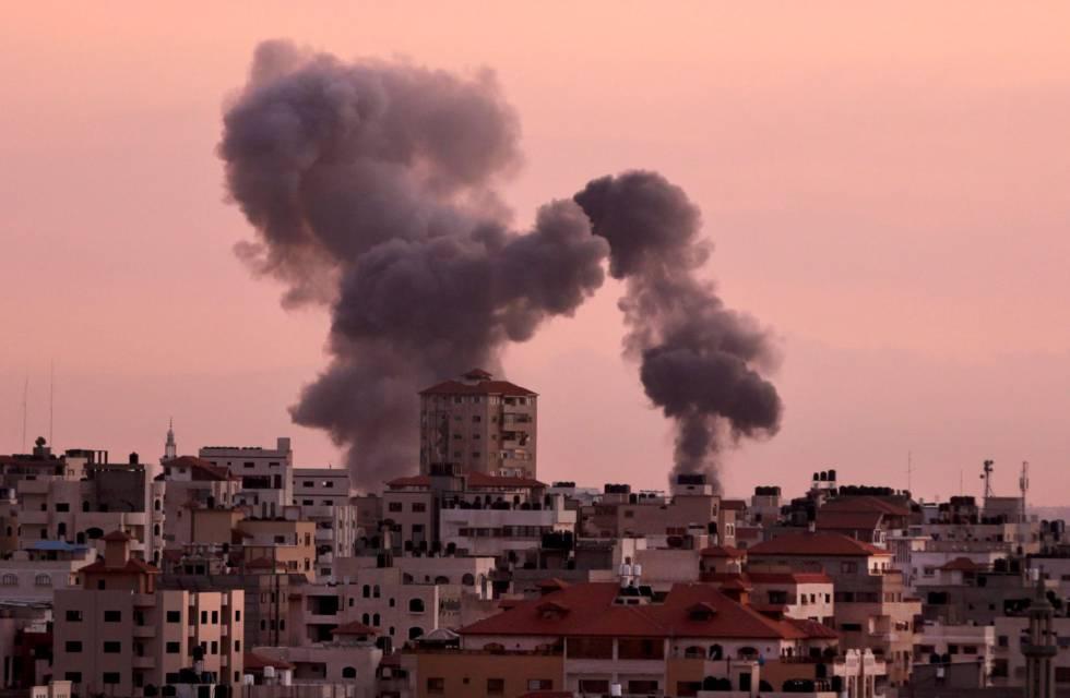 Humo en Gaza tras un ataque militar israelí a objetivos de Hamas, el miércoles