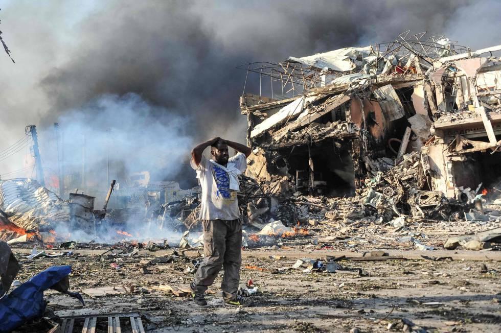 Un hombre camina entre los escombros después del atentado en el centro de la capital somalí, Mogadisciu el pasado mes de octubre. rn