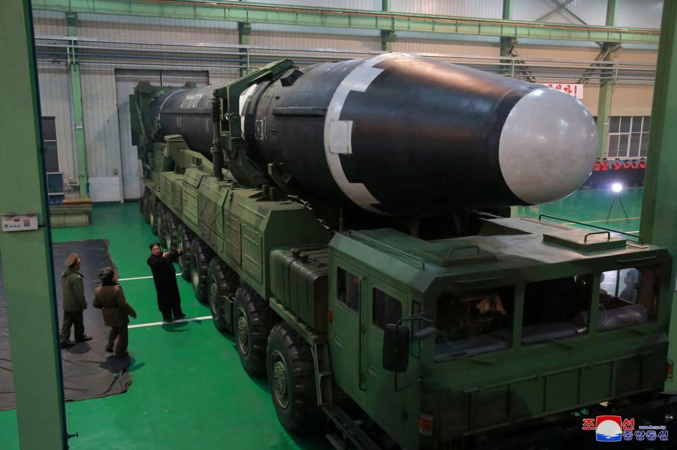 Kim Jong-un, este miércoles, junto al Hwasong-15, poco antes de su lanzamiento.