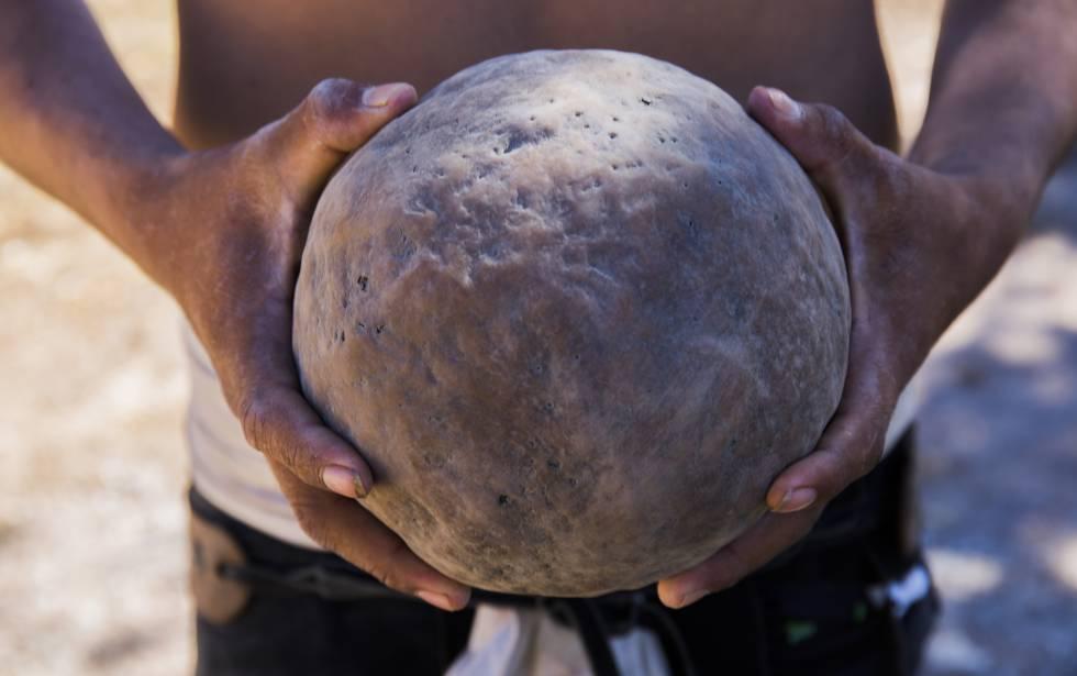La pelota de hule que pesa de tres a cinco kilos.