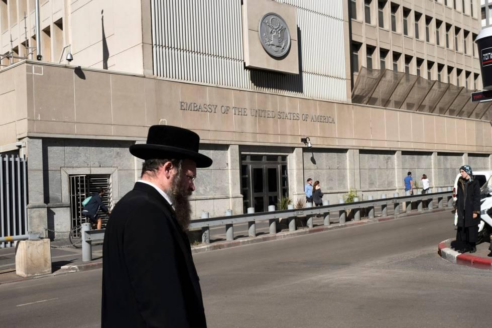 Un judío ultraortodoxo pasa por delante de la embajada de Estados Unidos en Tel Aviv, Israel, este lunes.