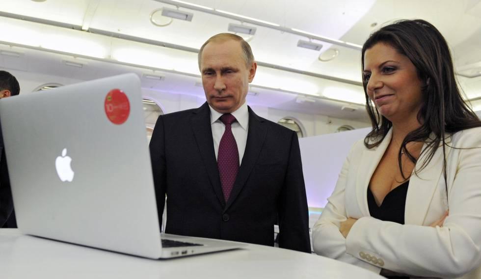 Vladimir Putin y la redactora jefe de RT, Margarita Simonyan, para el décimo aniversario del canal estatal el 10 de diciembre de 2015, Moscú