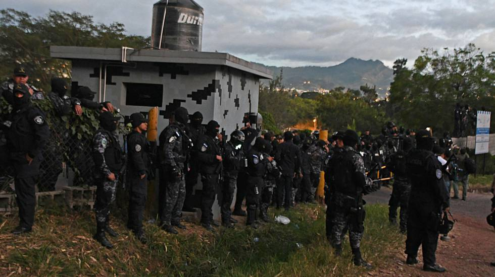 Un grupo de la policía especial hondureña COBRA, protesta ante sus superiores tras convocar una huelga.