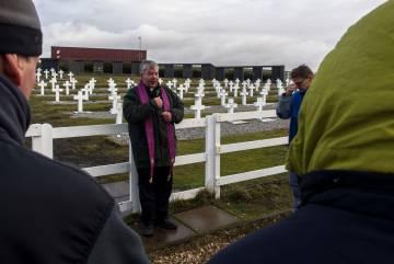 Un sacerdote ofrece una misa en el cementerio Darwin, en las islas Malvinas.