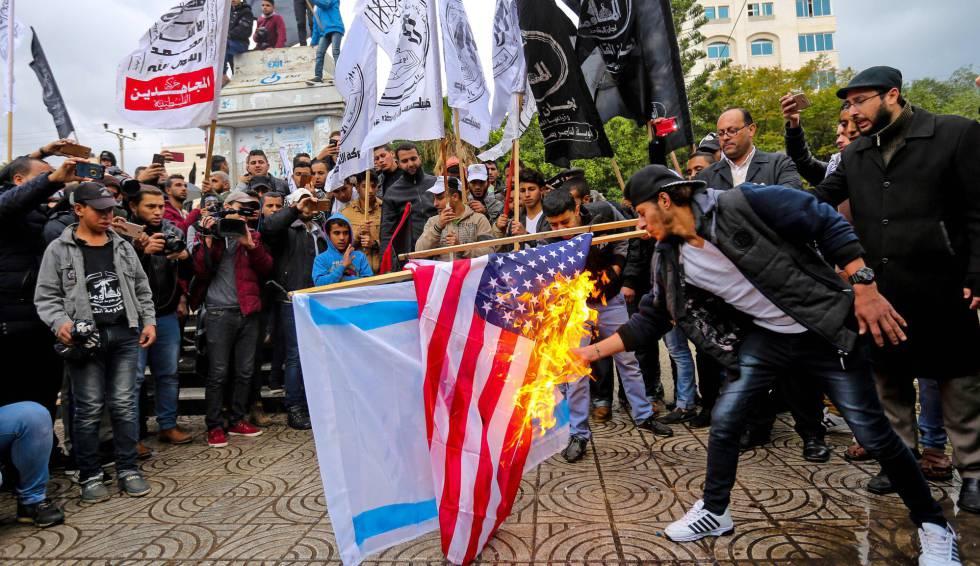 Jóvenes palestinos queman las banderas de EE UU e Israel en Gaza este miércoles.