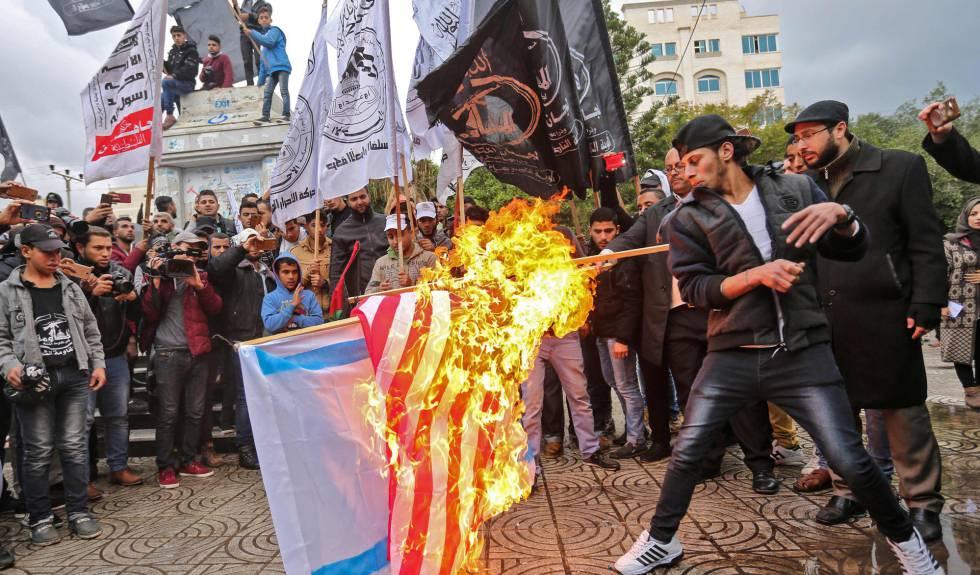 Un grupo de manifestantes quema las banderas de EE UU e Israel, este miércoles en Gaza.