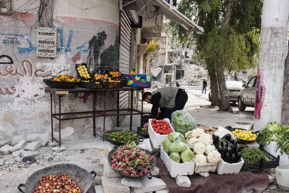 Ahogado por los costes de cultivo, manufacturación, transporte y alquileres de comercios, el agricultor Anuar omite pagar a intermediarios y vende directamente sus productos en las calles de Alepo