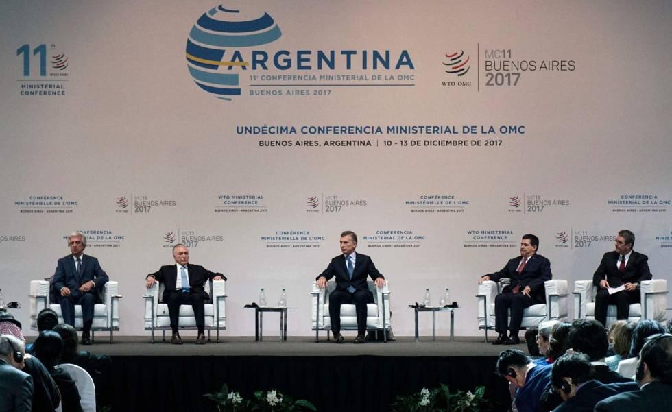 De izquierda a derecha, los presidentes Tabaré Vázquez, de Uruguay; Michel Temer, de Brasil; Mauricio Macri, de Argentina; Horacio Cartes, de Paraguay y el secretario general de la OMC, Roberto Acevedo, abren la cumbre de Buenos Aires.