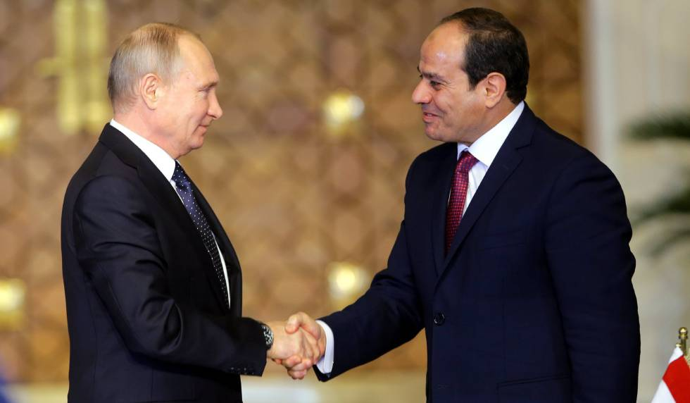 El presidente egipcio, Abdel Fattah al-Sisi, estrecha la mano de su homólogo ruso, Vladimir Putin, este lunes en El Cairo.