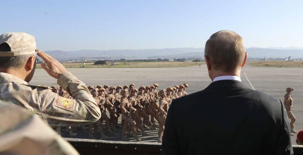 El presidente ruso, Vladimir Putin, visita tropas rusas en una base aeria de la provincia de Latakia, en Siria, este lunes.
