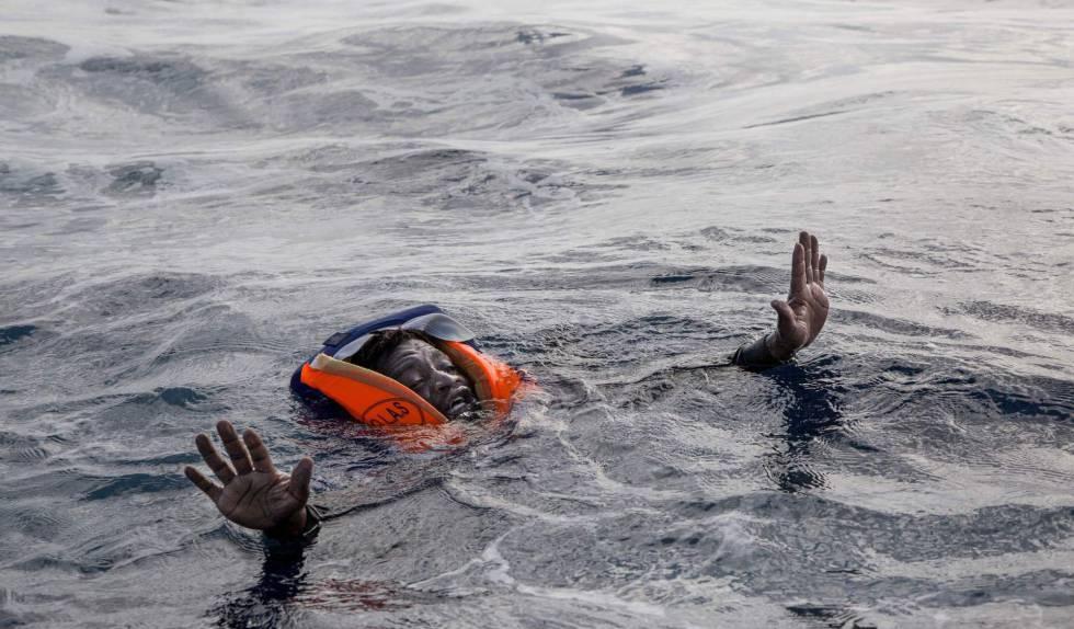 Un migrante intenta alcanzar el barco de la ONG Sea-Watch en el Mediterráneo central el pasado 6 de noviembre.