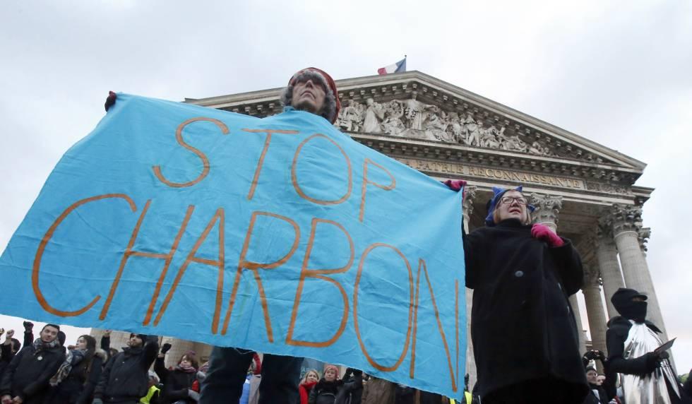 Defensores del medioambiente ante el monumento del Panteón en París este martes.