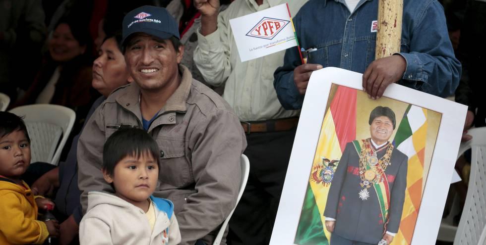 Partidarios de Morales en la apertura de una planta de gas en 2015.