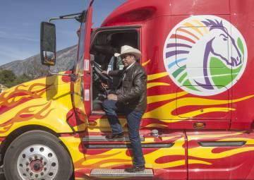 El Bronco muestra el camión que utilizará en la campaña.