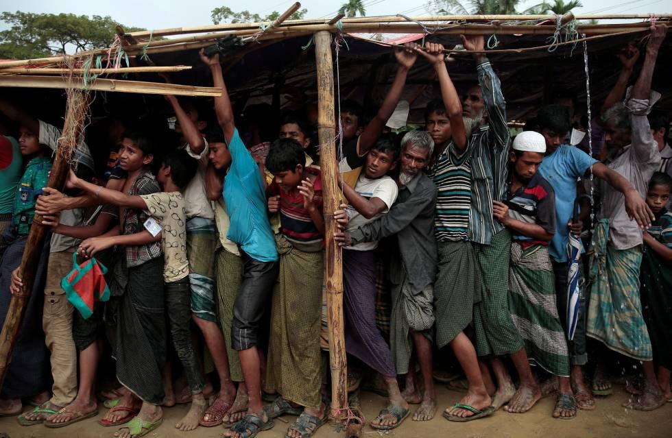 Rohingya en fila para recibir ayuda en un campo de refugiados.