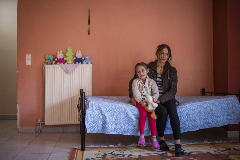 Zeina, refugiada siria, con su hija Turli, en su casa de Livadiá (Grecia).