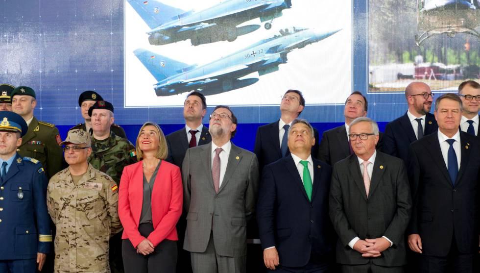 Los líderes europeos observan un dron que los filma durante la ceremonia de inauguración de la defensa europea.