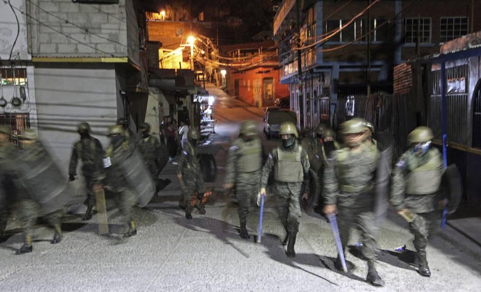 Soldados vigilan las calles de Tegucigalpa
