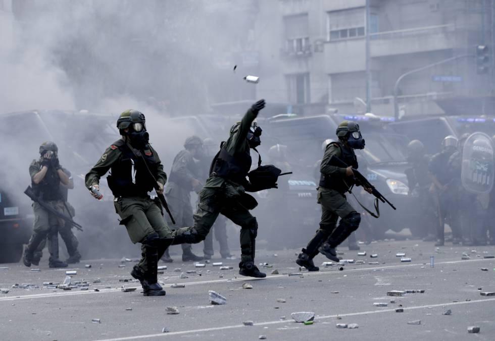 Antidisturbios lanzan bombas de gas contra manifestantes frente al Congreso en Buenos Aires.