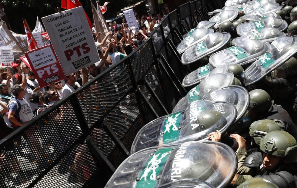 Incidentes graves levam à suspensão da reforma previdenciária na Argentina