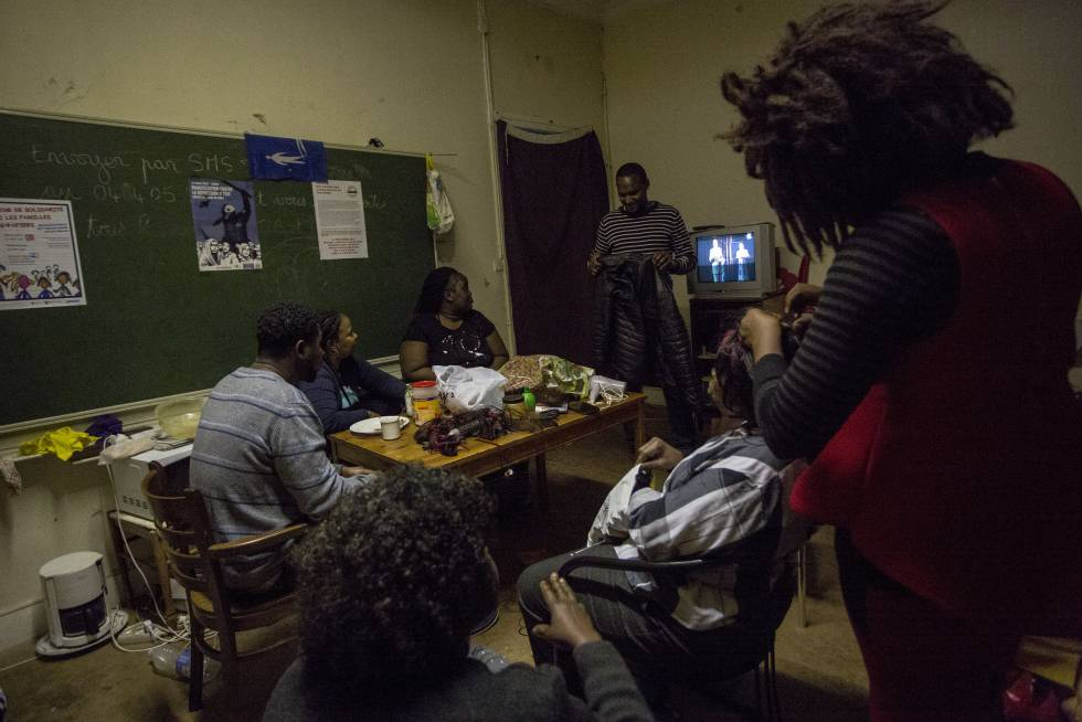 Mamadou Diallo, de pie, junto a un grupo de habitantes de la casa.