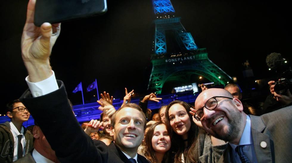 Macron posa para un selfi con el primer ministro belga, Charles Michel, rodeados de jóvenes tras el One Planet Summit de París el 12 de diciembre.