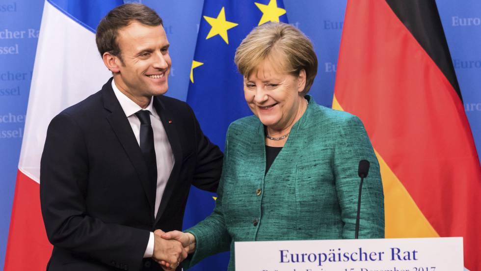 La canciller alemana, Angela Merkel, junto a su homólogo francés, Emmanuel Macron, tras la cumbre europea de diciembre de 2017.