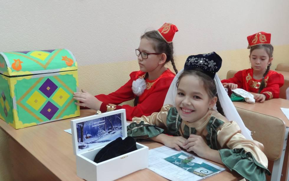 "Niños tártaros durante una ""olimpiada"" de cultura tártara en Kazán (Tatarstán)."