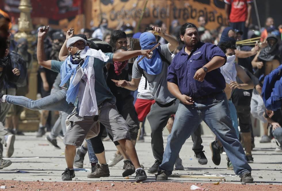 Manifestantes lanzan piedras contra la policía.