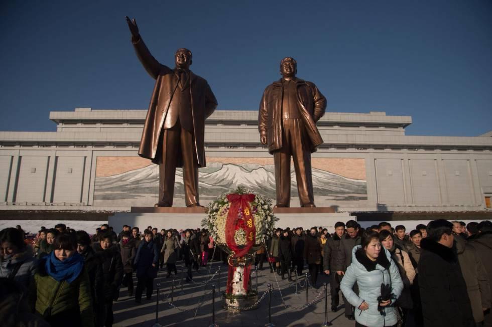 Las estatuas de Kim Il-Sung, a la izquierda, y Kim Jong-Il, a la derecha, en  Pyongyang.