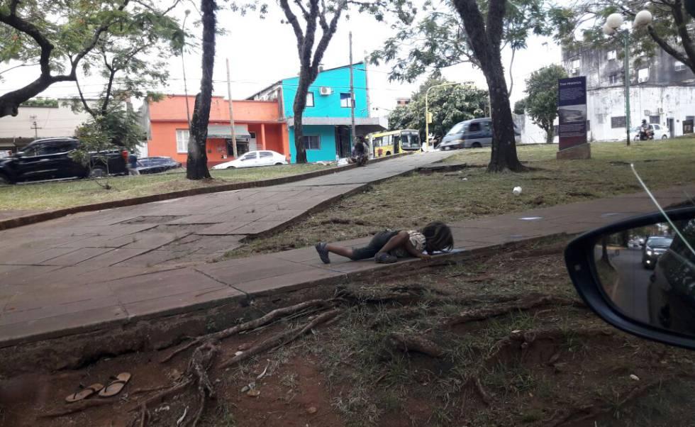 Imagen de un niño guaraní bebiendo agua del suelo.