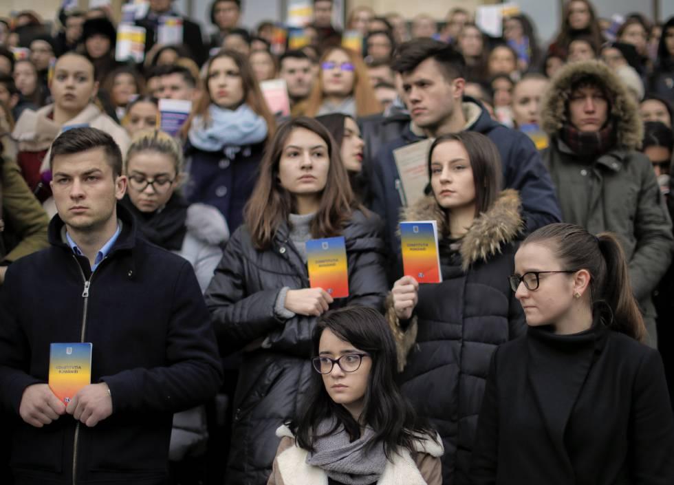 Estudiantes de Derecho rumanos se manifiestan contra la reforma d ela justicia, este miércoles en Bucarest.
