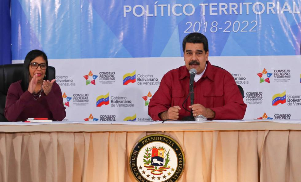 Nicolás Maduro, junto a la presidenta de la ANC, Delcy Rodríguez.rn rn