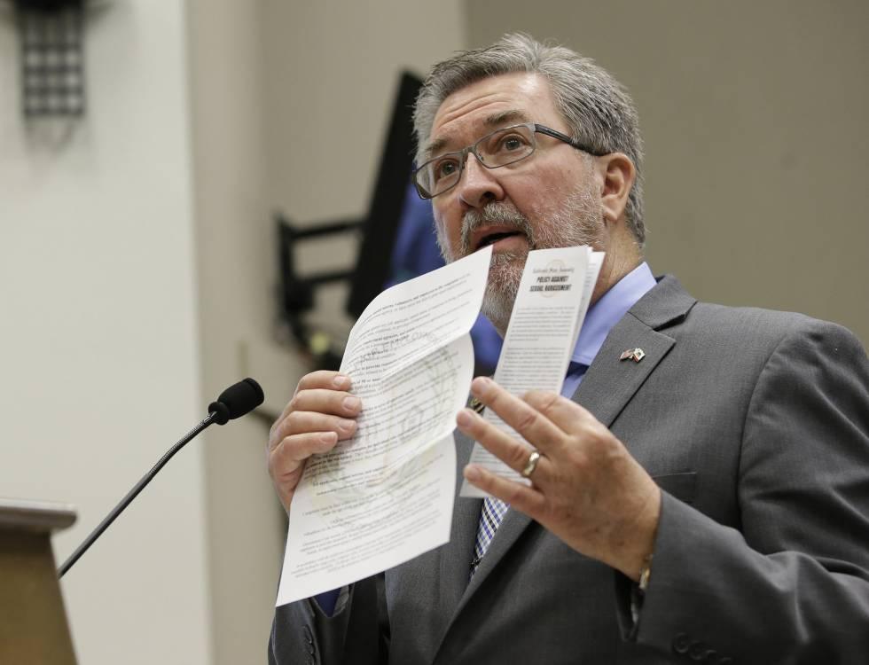 El senador californiano Ken Cooley muestra las políticas para combatir el acoso sexual durante una comisión que estudia cambios legislativos en el Capitolio de California.