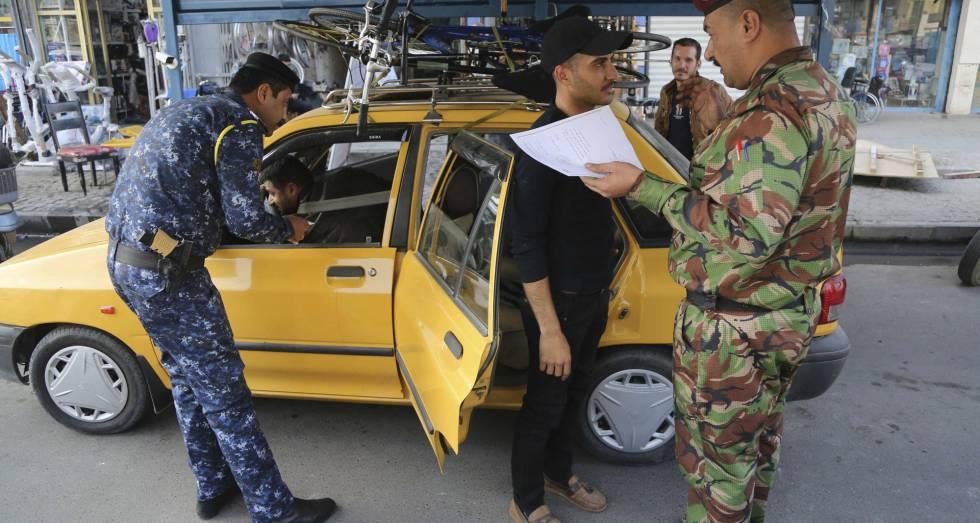 Miembros de las fuerzas de seguridad iraquíes, en un control militar de Bagdad.