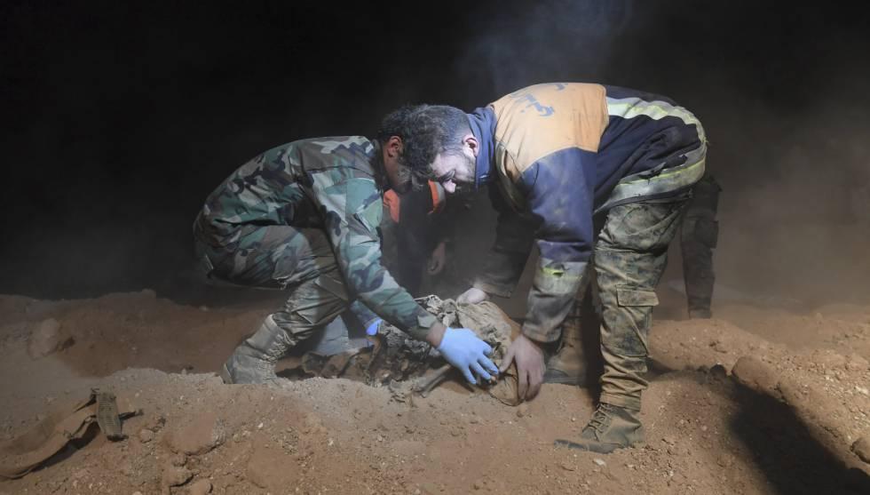 Fuerzas de seguridad recuperan los restos de lo que parece una fosa comú de víctimas del ISIS e Raqa.
