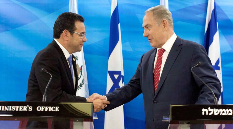 O presidente da Guatemala, Jimmy Morales, e o primeiro-ministro israelense, Benjamin Netanyahu, em Jerusalém em 2016.