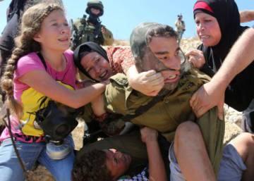 Mujeres y niños impiden el arresto de un adolescente en Cisjordania
