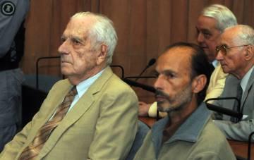 El dictador Bignone (izq) y Muiña en el juicio contra ambos en diciembre de 2011.