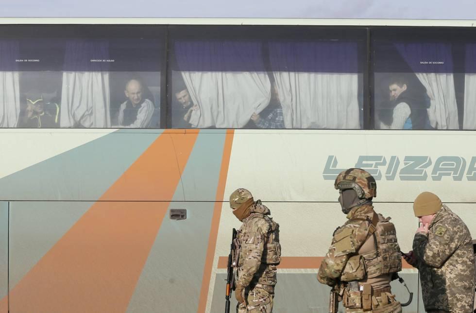 Soldados ucranios junto a un autobús con prisioneros prorrusos este miércoles.