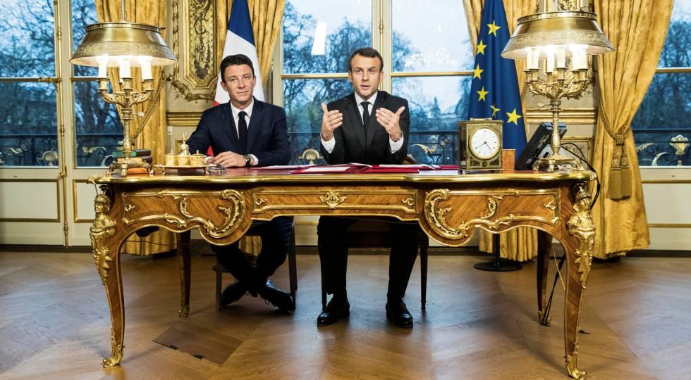 El presidente francés Emmanuel Macron comparece junto a su portavoz Benjamin Griveaux, tars firmar tres textos legales.