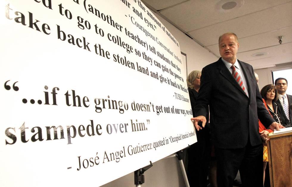 El exjefe de las escuelas de Arizona, Tom Horne, señala una frase ue consideraba ofensiva en los estudios mexico-americanos, en 2011.