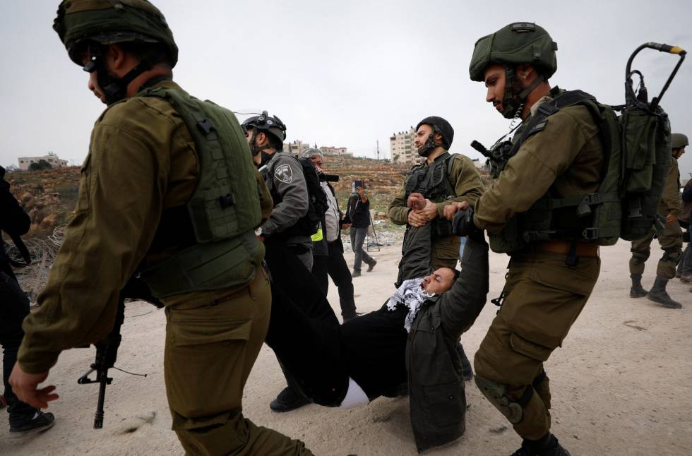 Tropas israelíes detienen a un manifestante palestino cerca de Ramala (Cisjordania).