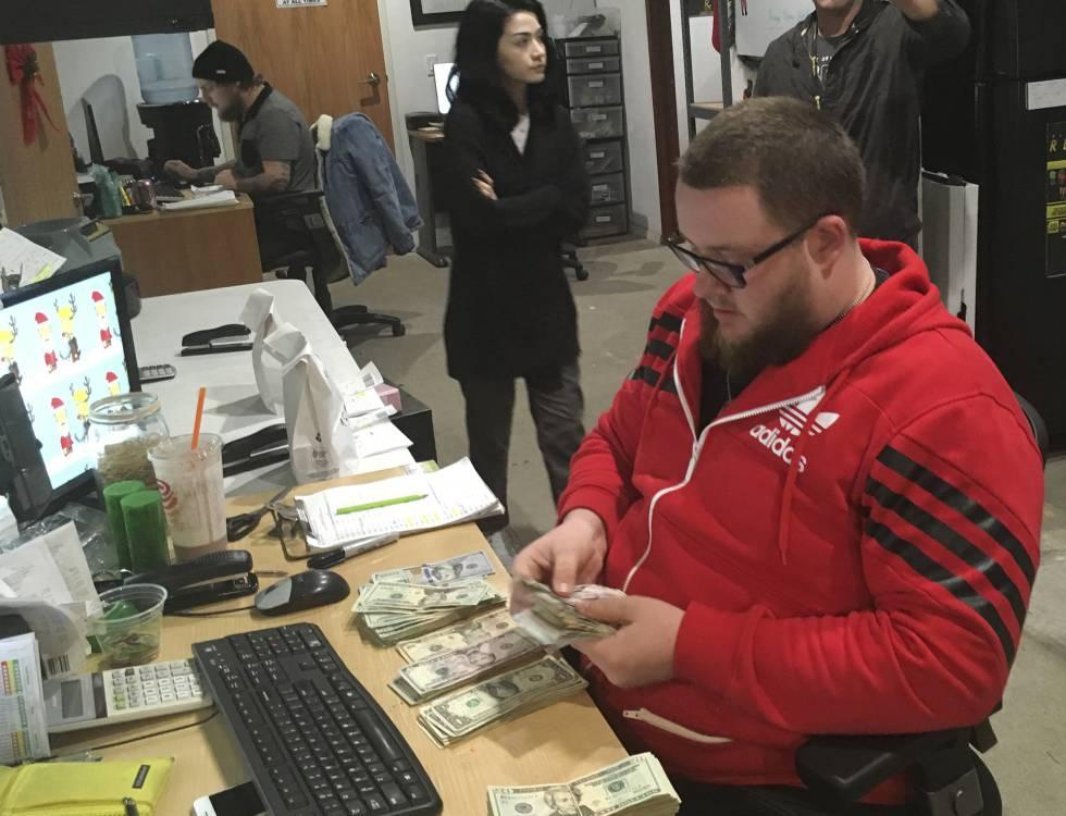 Un empleado de un dispensario de marihuana cuenta billetes, el miércoles en San Diego.